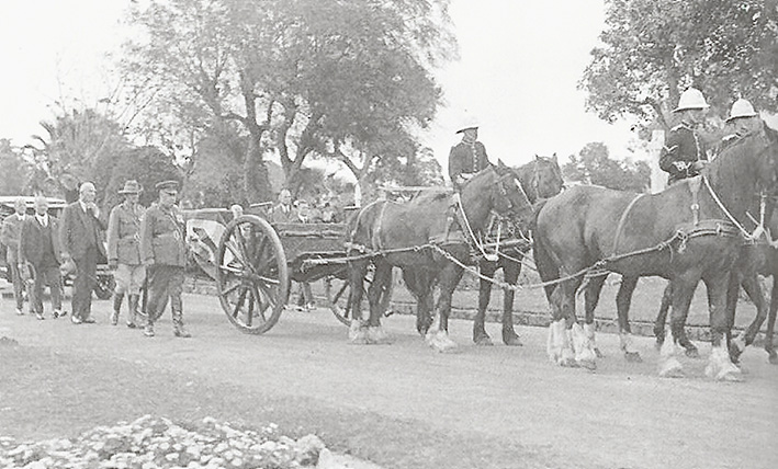 The funeral of Hugo Throssell with the coffin carried on a gun carriage. Two fellow V.C.'s attended.